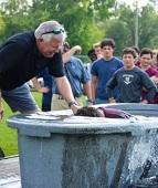 Pastor batiza 18 alunos em escola dos EUA e vira alvo de ateus