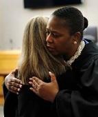 Juíza cristã diz que motivação para abraçar e entregar Bíblia a condenada veio de Deus