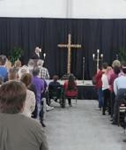 Igreja realiza seu primeiro culto após tiroteio e centenas comparecem: