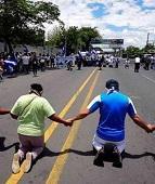Cristãos clamam a Deus de joelhos nas ruas da Nicarágua, em meio a crise