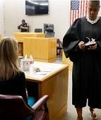 Juíza dá Bíblia a policial condenada por assassinato e aponta o Evangelho de João